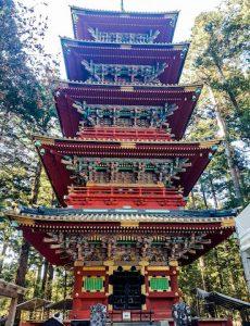 Nikko Sehenswürdigkeiten ist rote große Pagode im Wald