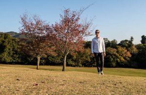 Im Park von Nara mit Bäumen im Hintergrund