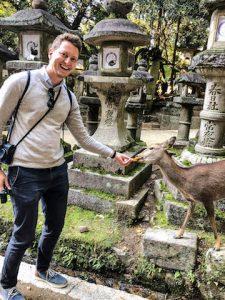 Ich füttere Rehe im Nara Park