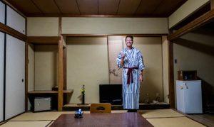 Traditionelles japanisches Zimmer mit Person in Kimono