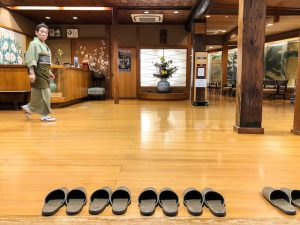 Eingang eines Ryokans mit Hausschuhen