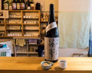 Sake Flasche in einer Sake bar in Japan