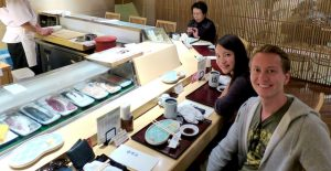 Selfie an Theke in Sashimi Restaurant in Japan
