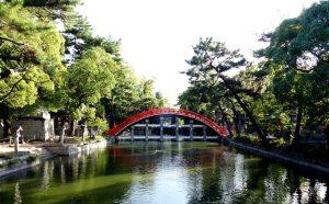 Blick auf Fluss und Brücke am Sumiyoshi-taisha Schrein, eine der Osaka Sehenswürdigkeiten