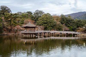 Pavillon in See umgeben von Park in Nara