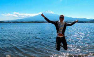 An der Seen-Landschaft vor dem Fuji Berg mit springender Person