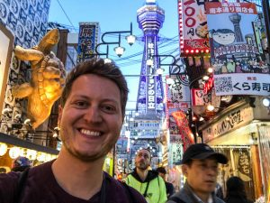 Selfie in Shinsekai mit Tsutenkaku Tower Osaka im Hintergrund