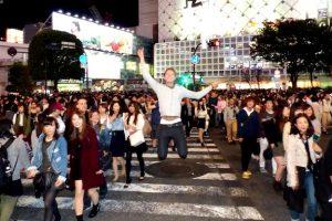 Kreuzung bei Nacht in Tokio