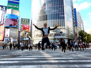 Shibuya Kreuzung mit Menschen in Tokio