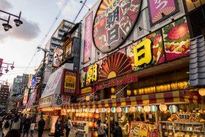 Gebäude mit Lichtern in Shinsekai