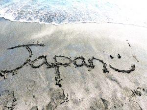 Strand mit Japan Schriftzug im Sand