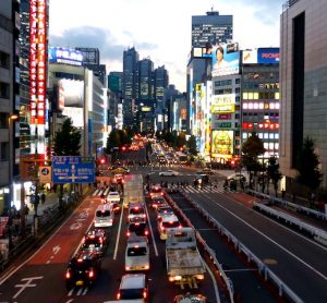Straße bei Sonnenuntergang in Tokio
