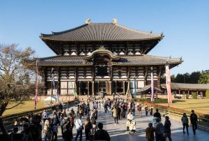 Haupthalle mit vielen Menschen des Tōdai-ji Tempels in Nara