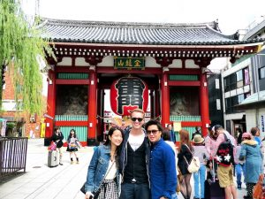 Senso-ji Tempel mit drei Personen davor
