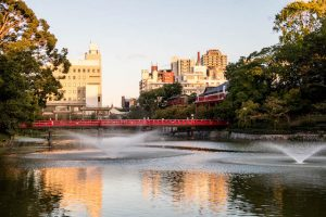 Tennoji Park bei Sonnenuntergang mit Teich und Brücke