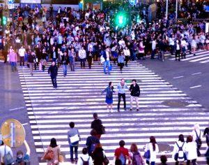 Shibuya Kreuzung von oben mit Menschen
