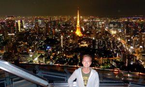 Blick auf Skyline von Tokio bei Nacht mit Tokyo Tower