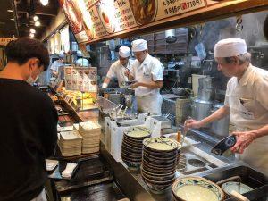 Lokales Restaurant mit Nudelsuppe in Japan
