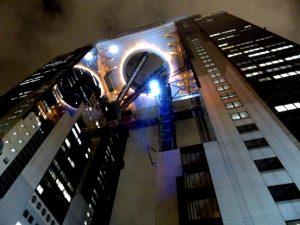 Das Umeda Sky Building von unten bei Nacht mit den Zwillingstürmen