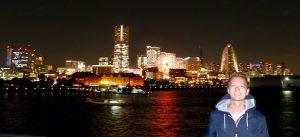 Skyline von Yokohama bei Nacht mit Person davor