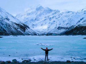 Berg mit Schnee und See in Neuseeland
