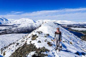 Person in Bergen mit Schnee