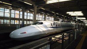 Shinkansen Zug mit dem Japan Rail Pass am Gleis
