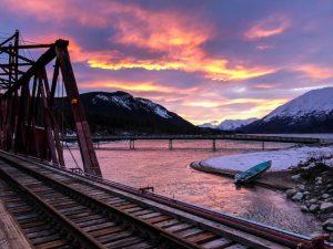Sonnenuntergang mit Blick auf See und Eisenbahnbrücke
