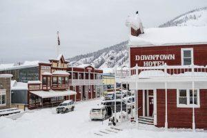 Blick auf verschneite Straßen in Dawson City Kanada