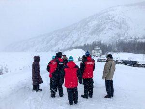 Gruppe mit Winterkleidung im Schnee