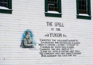Beschriftete Häuserwand zum Yukon Goldrausch