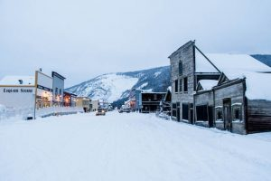 Straße mit Schnee und Häusern