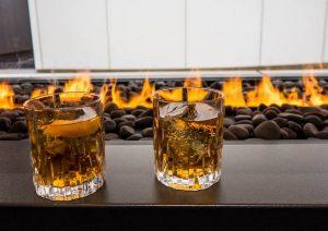 Drinks auf Tisch vor Feuer