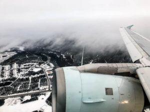 Blick aus Flugzeug auf Landschaft im Schnee