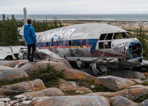 Flugzeugwrack auf Felsen