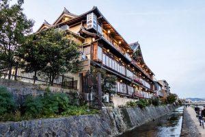 Gebäude am Fluss in Kyoto
