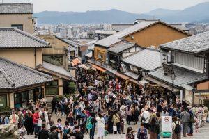 Straße voller Touristen in Kyoto
