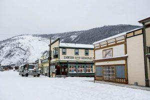 Gebäude im Schnee in Dawson