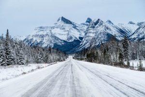 Fahrt auf dem Icefields Parkway mit Berg und Schnee