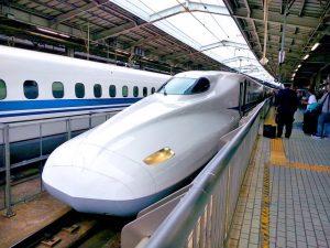 Japan Rail Pass kaufen für den Shinkansen Hochgeschwindigkeitszug in Japan am Bahngleis