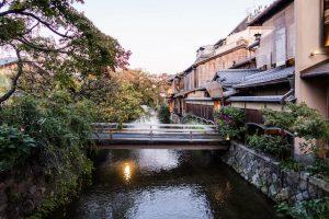 Kanal in Gion mit Brücke