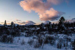 Sonnenuntergang mit schöner Landschaft im Schnee