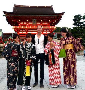 5 Menschen vor dem Schrein in Kyoto