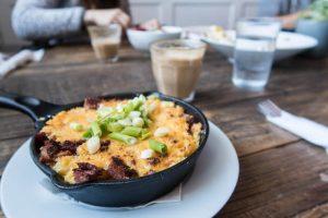 Macaroni auf Teller im Café