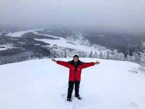 Person steht an Aussichtspunkt im Schnee bei Midnight Domes, eine Sehenswürdigkeit in Dawson City
