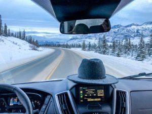 Blick aus Frontscheibe im auto beim Backpacking in Kanada