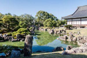 Garten mit See und Gebäude bei der Kyoto Sehenswürdigkeit Nijo
