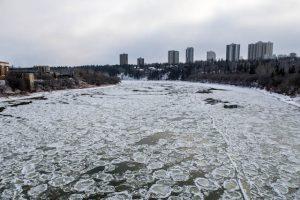Eisschollen auf dem North Saskatchewan River Edmonton