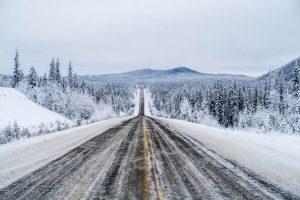 Roadtrip mit weiter Straße durch den Yukon Kanada