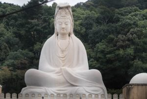 Großer Buddha im Ryozen Kannon Tempel als Sehenswürdigkeit in Kyoto